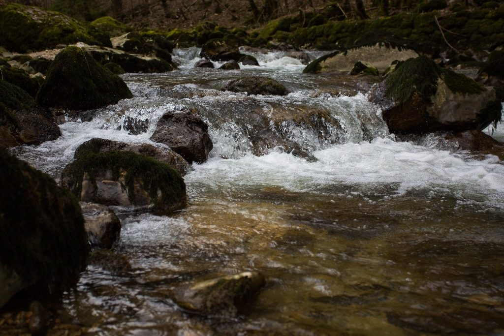 Photo d'une rivière avec une vitesse rapide