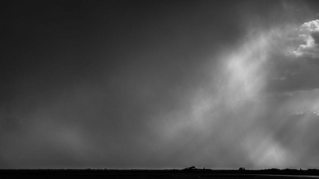 Composition abstraite au téléobjectif après un orage